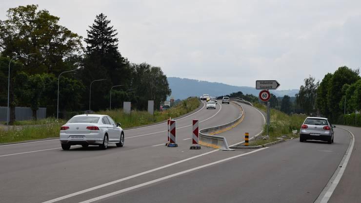 Die Gaswerkbrücke hat eine dritte Fahrspur erhalten. Doch ist diese seit Monaten abgetrennt und nicht zu befahren.