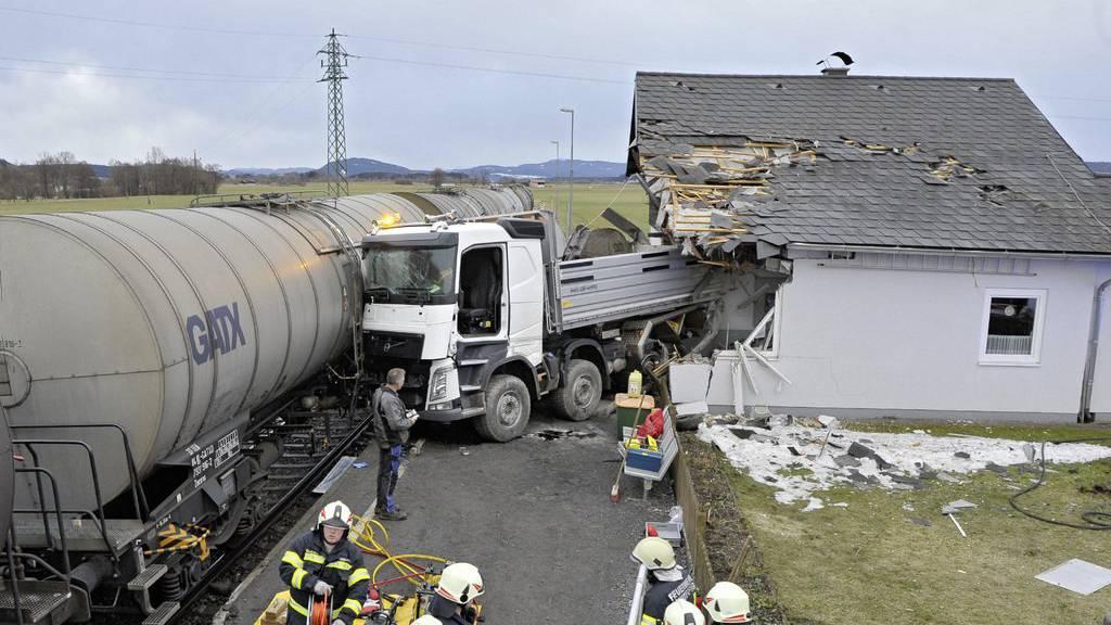 Der Lastwagen wurde ins Haus geschoben und hat die Vorderfront zerstört.