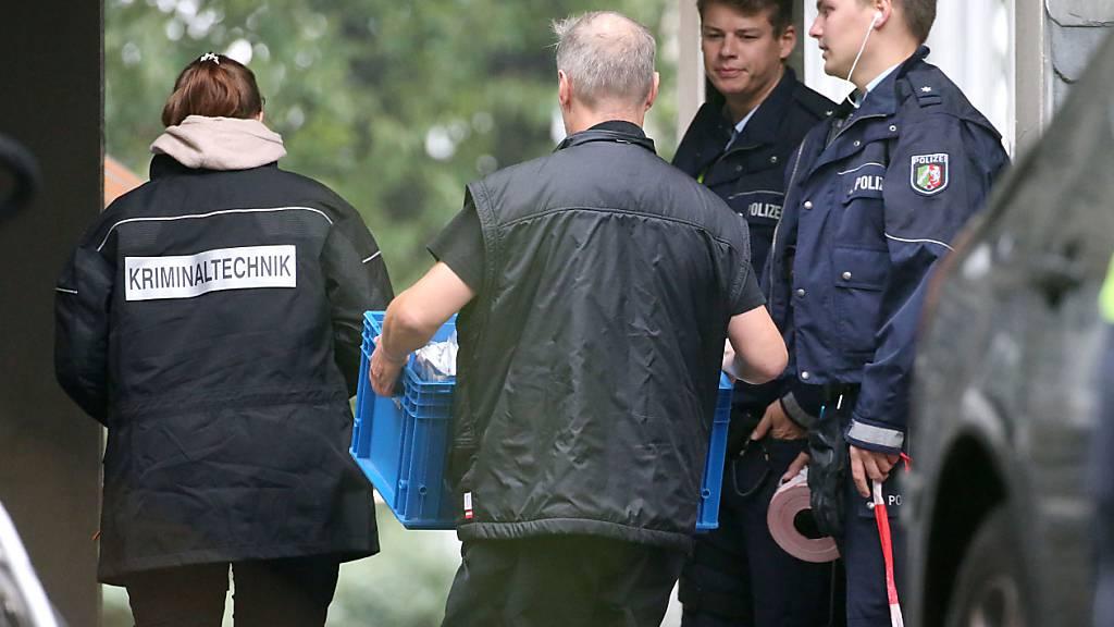 Kriminaltechniker gehen in ein Wohngebäude. Eine 27-jährige Mutter soll in Solingen fünf Kinder umgebracht haben. Die Mutter habe sich danach im Düsseldorfer Hauptbahnhof auf die Gleise begeben, aber verletzt überlebt. Foto: Oliver Berg/dpa