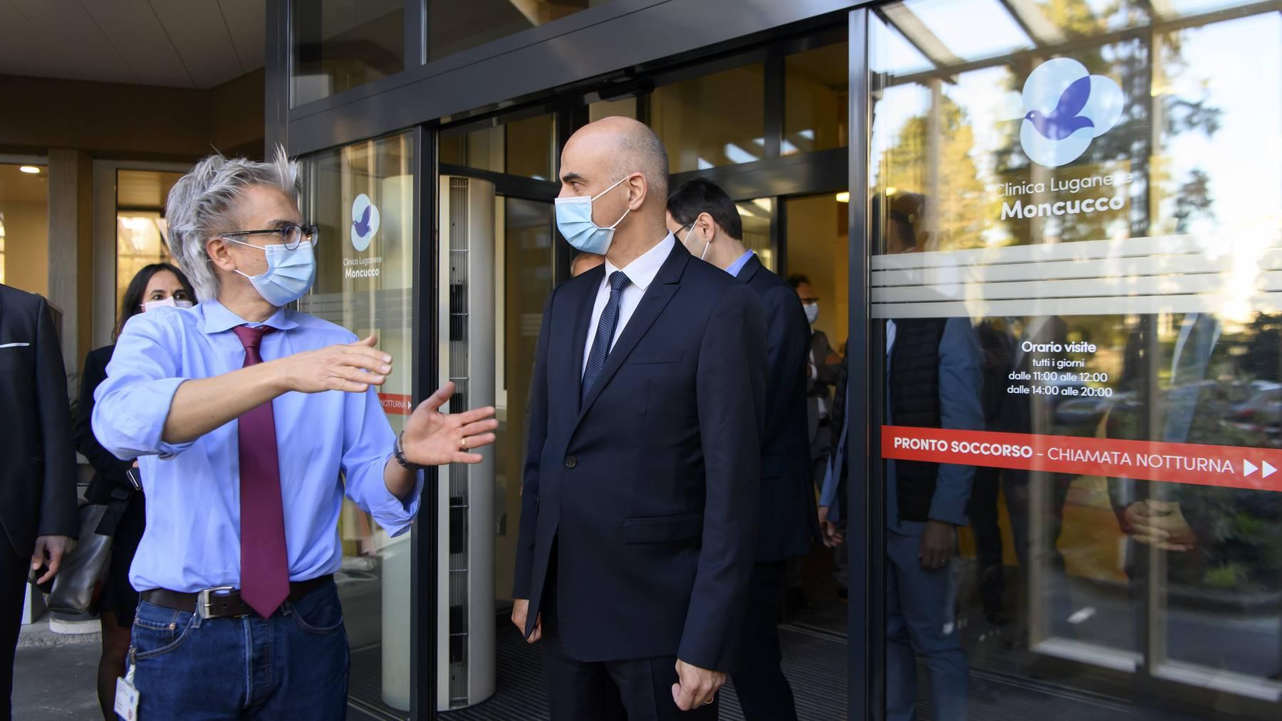 Alain Berset (r.) besuchte am Donnerstag unter anderem die Moncucco-Klinik in Lugano. Hier wurde der erste Coronapatient behandelt.