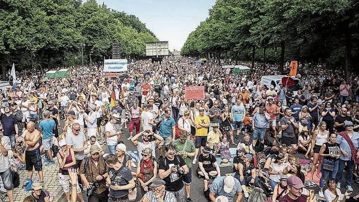 Rund 20000 Menschen demonstrierten am Wochenende in Berlin - ohne Masken und Abstand.