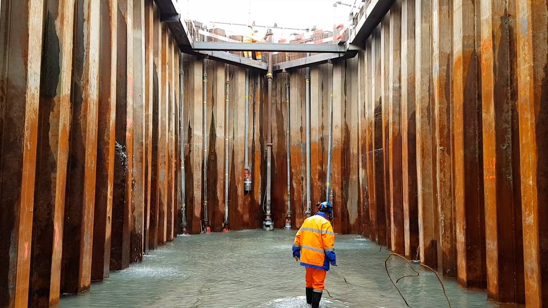 Mitten in der Aare ist eine Wanne aus Spundwänden entstanden, hier werden die Pfeiler des Pont Neuf betoniert