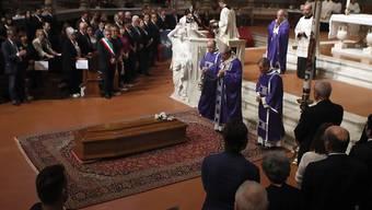 Der Erzbischof von Florenz und Kardinal Giuseppe Bertori segnet den Sarg des italienischen Opern- und Filmregisseurs Franco Zeffirelli: An der Trauerzeremonie in der Kathedrale von Florenz haben 2000 Menschen teilgenommen.
