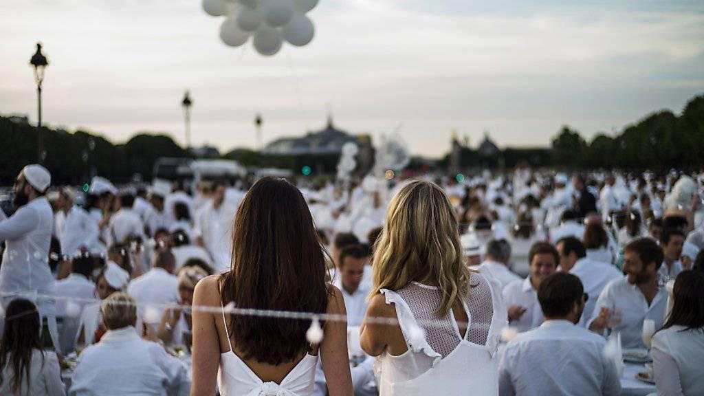 Tausende in Weiss gekleidete Menschen nahmen am Riesen-Picknick in Paris teil.