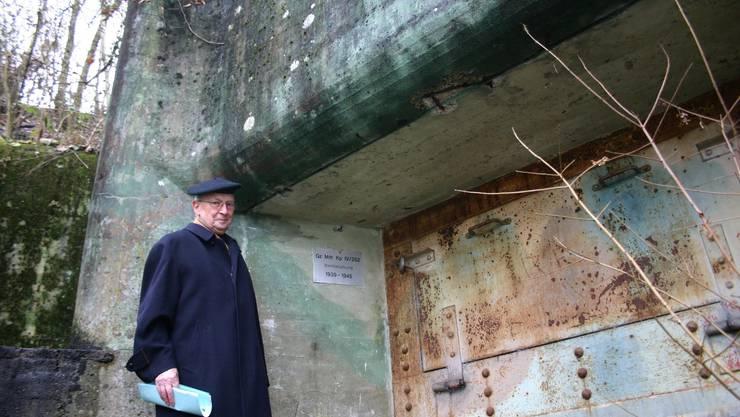 Alois W. Hassler vor dem Bunker «Berg» unterhalb der Zollbrücke Bad Zurzach-Rheinheim.