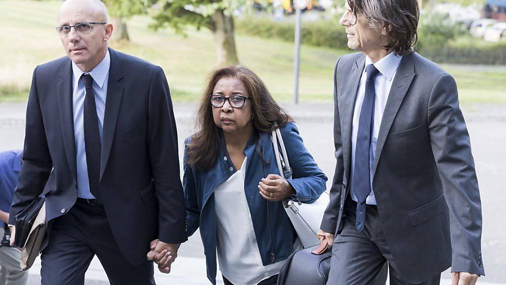 Die Eltern der getöteten Marie betraten am Donnerstag zusammen mit ihrem Anwalt Jacques Barillon das Waadtländer Kantonsgericht.