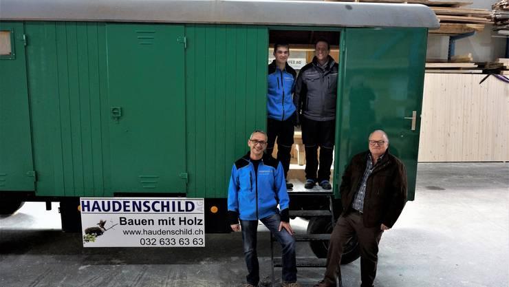 Firmenchef Peter Haudenschild (links) und David Studer (rechts) freuen sich über den gelungenen Wiederaufbau des Bienenwagens durch die Firmen-Lehrlinge. Christoph Kyburg (im Wagen links) und Lukas Schneider führten aus und betreuten.