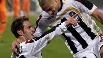 Gökhan Inler (r.) schiesst Milan in den Halbfinal