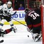 San Joses Logan Couture sieht seinen Schuss von Carolinas Goalie Petr Mrazek gehalten