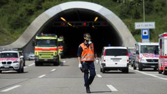 Am Dienstagmorgen kam es beim Uetlibergtunnel zu einem Chemieunfall. Flüssigkeiten eines Anhängerzuges liefen nach einem Manöver aus. Die Rettungskräfte sicherten den Unfallort. 24 Verkehrsteilnehmer mussten aufgrund Beschwerden ins Spital eingeliefert werden.