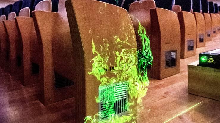Lüftungsschlitze befinden sich in jedem einzelnen Stuhl seitlich. Daraus strömt die Luft so langsam, dass es mit der Hand nicht fühlbar ist.