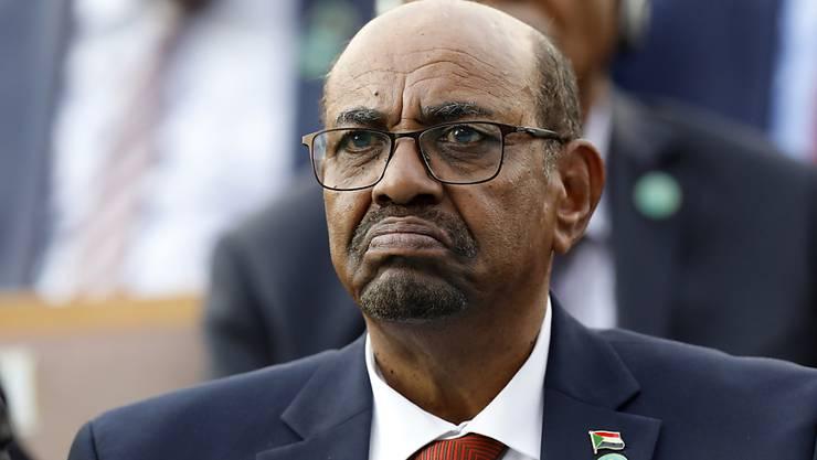 Sudans langjähriger Staatschef Omar al-Baschir ist wegen Beteiligung an der Ermordung von Demonstranten angeklagt worden. (Archivbild)