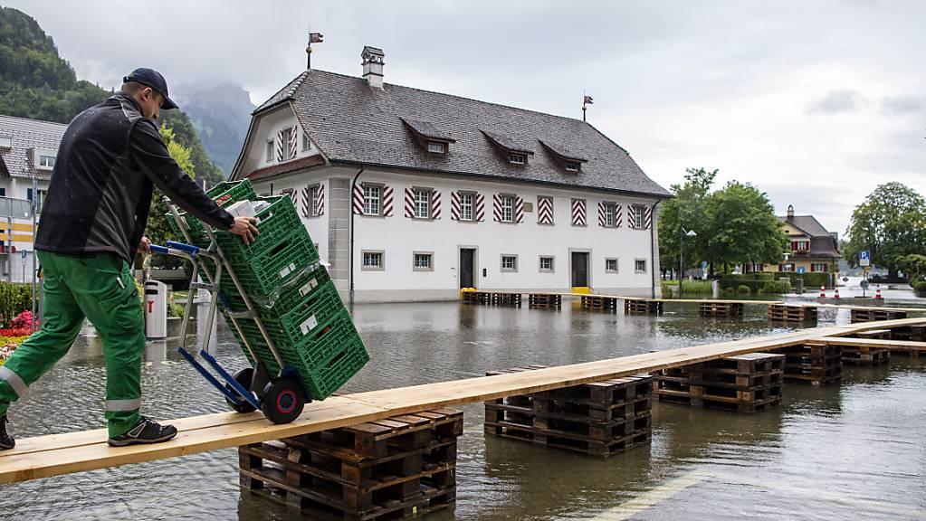 Der Dorfplatz von Stansstad am Vierwaldstättersee ist mit Hochwasser bedeckt.
