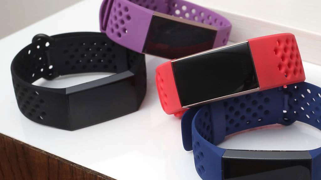 In der Schweiz sind im Jahr 2020 im Zuge der Coronakrise mehr Smartwatches und Fitnesstracker verkauft worden, wie eine Studie zeigt. Die Schweizerinnen und Schweizer treiben mehr Sport.(Symbolbild)