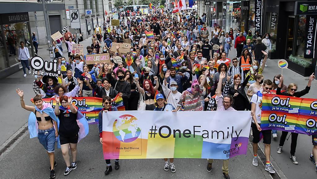 Teilnehmende der Pride marschierten am Samstag durch Biel und warben dabei für ein Ja zur «Ehe für alle».