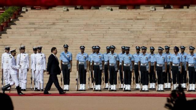 Chinas Präsident Xi Jinping schreitet indische Ehrenparada ab