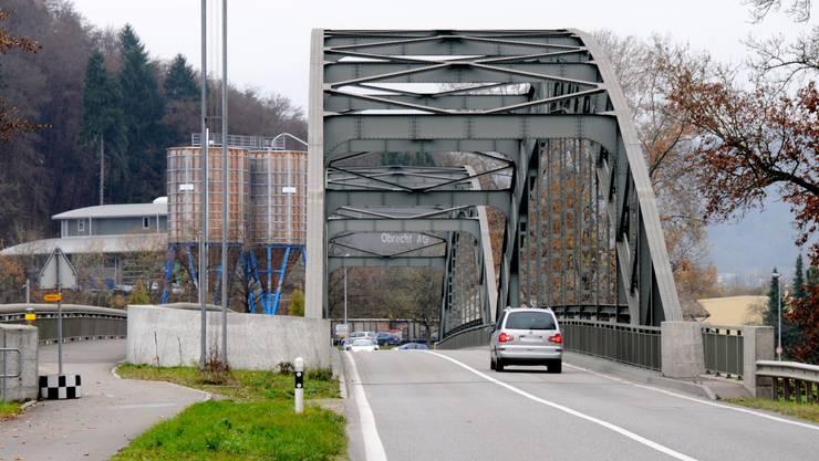 Die Aarebrücke dient dem motorisierten Verkehr als Verbindung zwischen Koblenz und Felsenau (Gemeinde Leuggern). Links im Bild der Fussgängersteg.