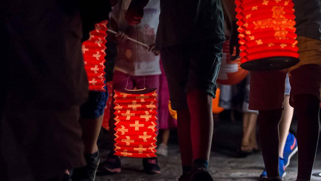 Der Nationalfeiertag verbindet: Kinder am traditionellen Laternenumzug zum 1. August 2016 im Dorfkern von Carona im Tessin. (Archiv)