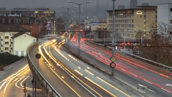 Von der Hardbrücke in Zürich stürzte am Montagabend eine junge Frau.