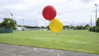 Anwohner markierten mit Ballonen die Ecken und die Höhe der geplanten neuen Halle.