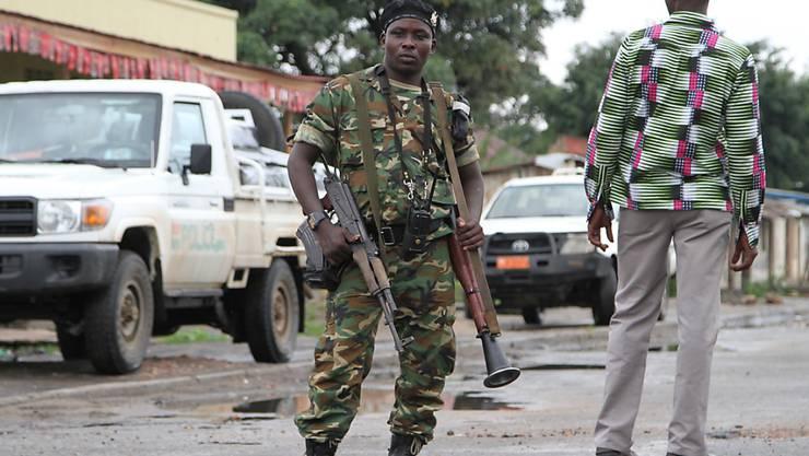 Ein burundischer Soldat bewacht eine Strasse - nun will die Afrikanische Union Truppen in das Land schicken. (Archiv)