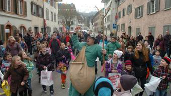 Der Ättirüedi verteilt Süsses und Würstli an die Kinder