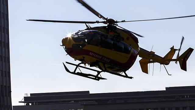 Mit dem Helikopter notfallmässig ins Spital.