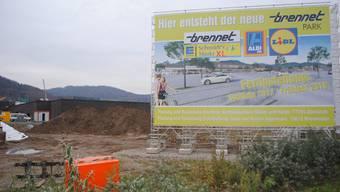 Auf dem Areal einer ehemaligen Weberei entsteht derzeit der «Brennet-Park», ein Einkaufszentrum in unmittelbarer Grenznähe. nbo