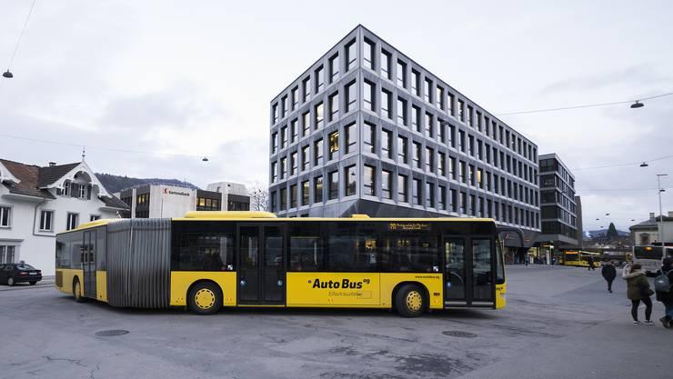 So sehen viele Pendler, die aus Zürich oder Luzern ankommen, den 70er-Bus nach einer Schlaufe entschwinden.
