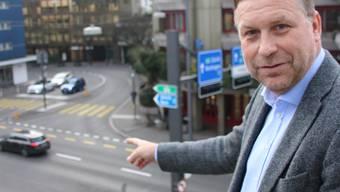 SVP-Grossrat Martin Keller an der Gstühl-Kreuzung, wo neue Radarfallen aufgestellt werden sollen.