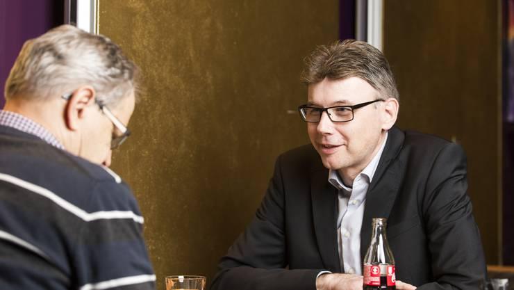 Dieter Egli, Grossrat SP, im Gespräch mit AZ-Autor Jörg Meier, am 7. Dezember im RestaurantEinstein Aarau.