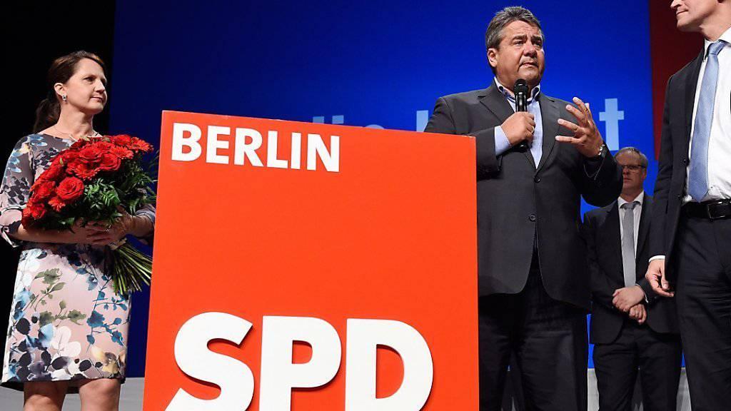 Sieg mit Wermutstropfen: Die SPD bleibt in Berlin stärkste Kraft, verliert aber kräftig Stimmen.