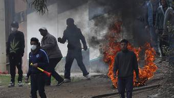 In Bolivien liefern sich Anhänger des zurückgetretenen Präsidenten Evo Morales in der Hauptstadt La Paz Scharmützel mit der Polizei.