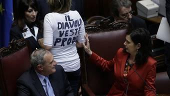 """""""Der Teufel trägt Prodi"""" ist auf dem Rücken dieser Senatorin im italienischen Parlament zu lesen"""