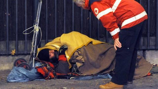 Armut in Deutschland: Rotkreuz-Mitarbeiter spricht Obdachlosen an