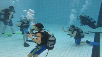 Im Brugger Hallenbad können Teenager während eines Ferienpass-Schnupperkurses erste Tauch-Erfahrungen sammeln. ZVG
