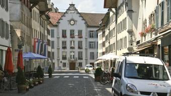 Die umstrittene Wasserrinne (weisse Markierung) an der Aarauer Rathausgasse ist Ursache eines Rechtsstreites.
