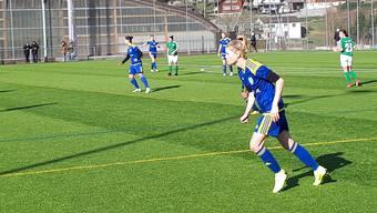 Die Spielerinnen des SC Derendingen rennen gegen den Wind an.