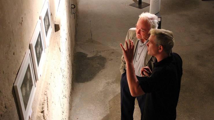 Kurator Thomas Gantner führt «Rössli»-Wirt Georges Herzog aus Büren zum Hof durch die Ausstellung.