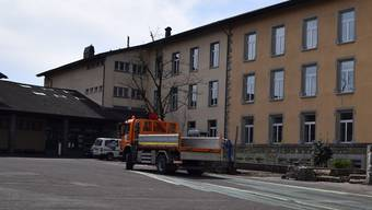 Zurzeit ist der Pausenplatz der Schulanlage Halden wieder befahrbar, aber nur bis zum Ende der Schulferien.