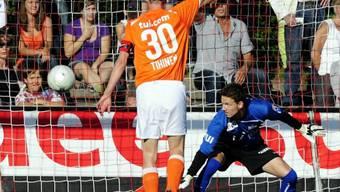 Stojkov (nicht im Bild ) bezwingt Leoni zum 1:0 - FCZ-Tihinen reklamiert vergeblich ein Abseits