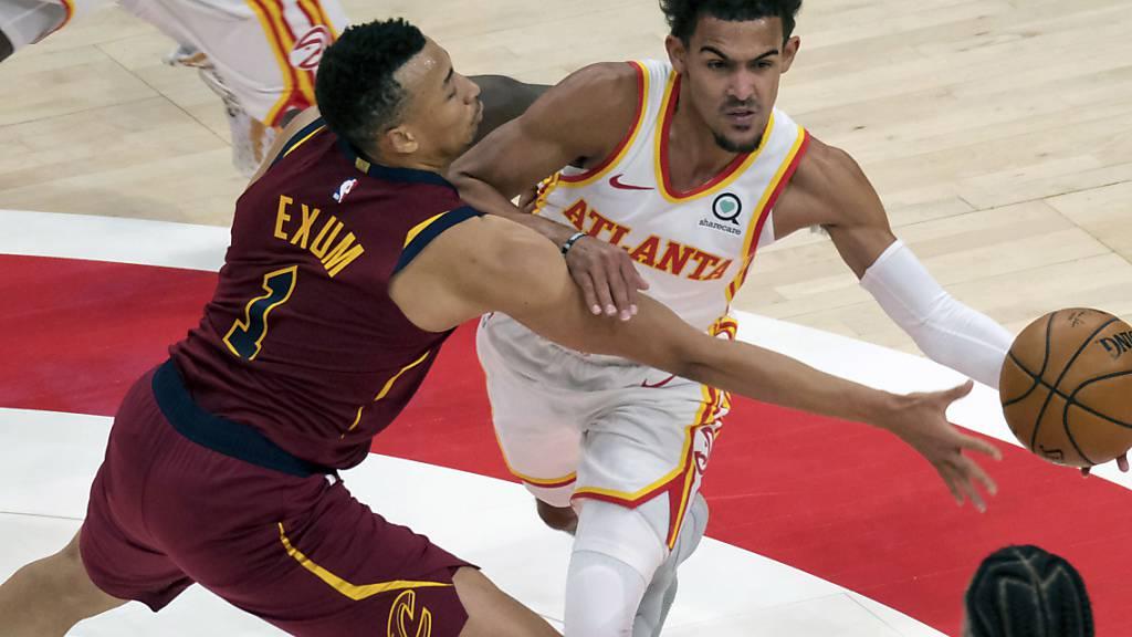 Atlanta Hawks Trae Young wird von Clevelands Dante Exum mit einem Foul gestoppt
