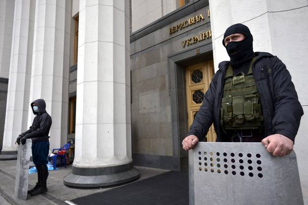 Ukrainische Oppositionelle bewachen den Eingang zum Parlament