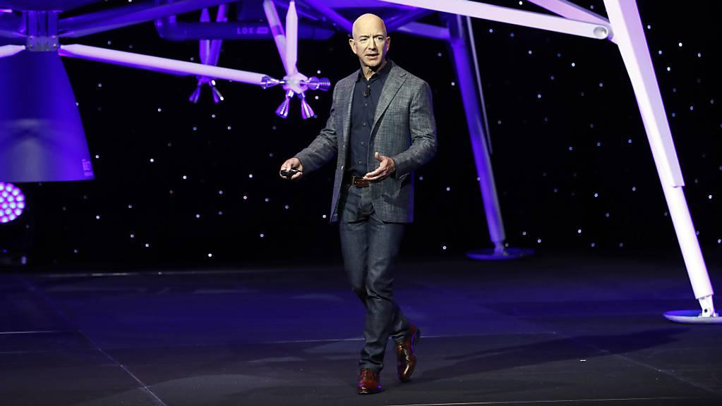 Amazon-Gründer Jeff Bezos will mit seiner Raumfahrtfirma Blue Origin als Tourist ins Weltall fliegen. Über eine Auktion haben sich zudem mehr als 5200 Bieter um einen Platz im Cockpit beworben. (Archivbild)