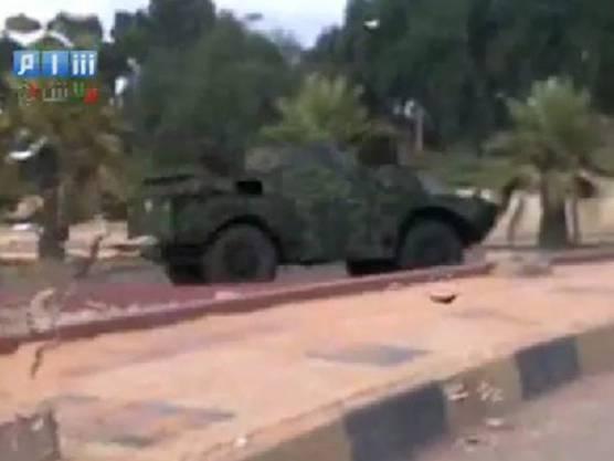Ein Panzer der syrischen Armee in der Stadt Latakia (Quelle: Amateurvideo, veröffentlicht auf Shaam News Network)