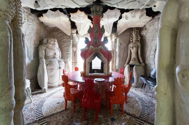 Der Ess-Saal: Der rote Fisch-Tisch mit Cheminée in den Fischmäulern zieht alle Blicke auf sich.