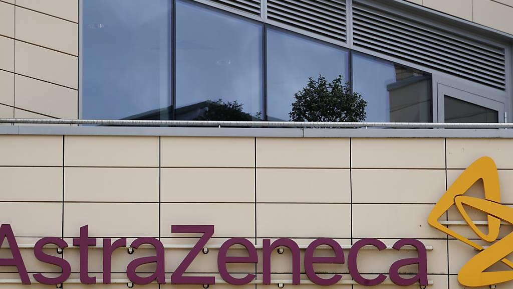 ARCHIV - Das Firmenlogo des Pharmakonzerns AstraZeneca über dem Eingang des Unternehmens. Während der Studie zu einem Corona-Impfstoff des Pharmakonzerns AstraZeneca in Brasilien ist ein Proband gestorben. Foto: Alastair Grant/AP/dpa