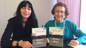 Verlegerin Claudia Brander (l.) und Autorin Elisabeth Pfluger mit der Geschichtensammlung rund um die Jagd.