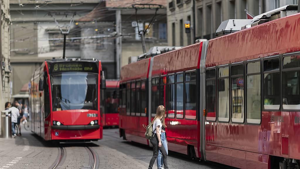 Zwei Trams kreuzen sich in der Stadt Bern in der Marktgasse. (Archivbild)