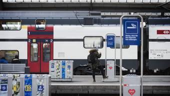 Solche Schilder werden an Schweizer Bahnhöfen in Zukunft wohl nicht mehr häufig anzutreffen sein.